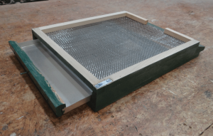 Screened bottom board with pullout tray